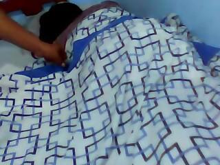 Se metió al cuarto de su prima dormida