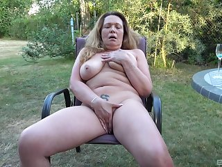 Chesty mature amateur fingers her big pussy in the backyard